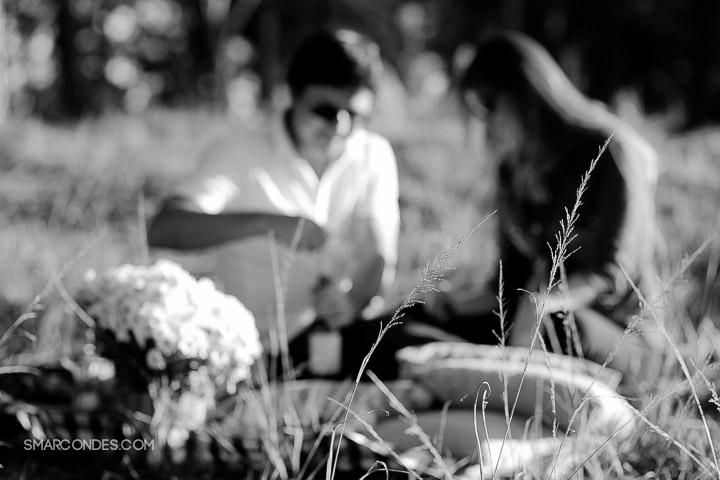 {Ensaio de casal} Camila e Paulo, e-session, fotos de casal, idéias para save the date, ensaio ao ar livre, casal fazendo um piquenique, vinho, fotos ao ar livre, ensaio no final de tarde, por do sol, Poços de Caldas, Guaxupé, Minas Gerais (1)