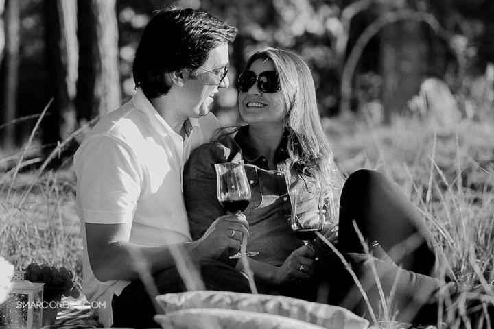 {Ensaio de casal} Camila e Paulo, e-session, fotos de casal, ensaio ao ar livre, casal fazendo um piquenique, vinho, fotos ao ar livre, ensaio no final de tarde, por do sol, Poços de Caldas, Guaxupé, Minas Gerais (3)