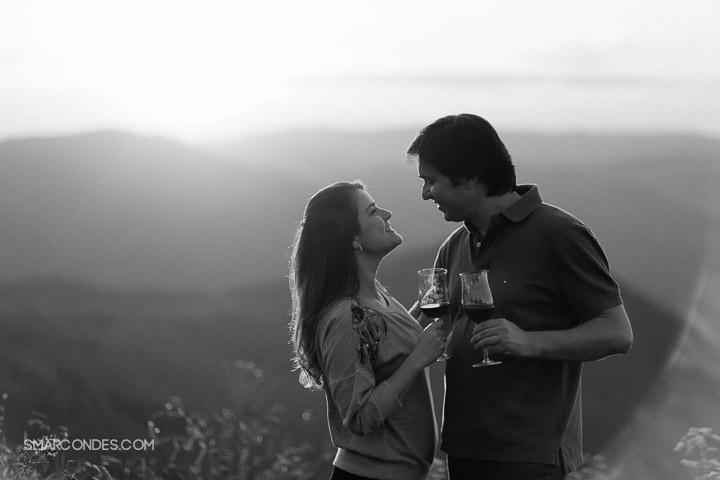 {Ensaio de casal} Camila e Paulo, e-session, fotos de casal, ensaio ao ar livre, casal fazendo um piquenique, vinho, fotos ao ar livre, ensaio no final de tarde, por do sol, Poços de Caldas, Guaxupé, Minas Gerais (13)