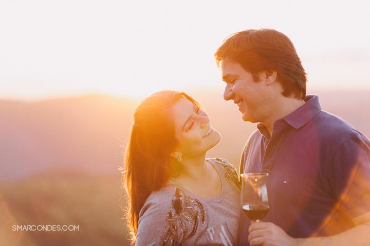 {Ensaio de casal} Camila e Paulo, e-session, fotos de casal, ensaio ao ar livre, casal fazendo um piquenique, vinho, fotos ao ar livre, ensaio no final de tarde, por do sol, Poços de Caldas, Guaxupé, Minas Gerais (15)