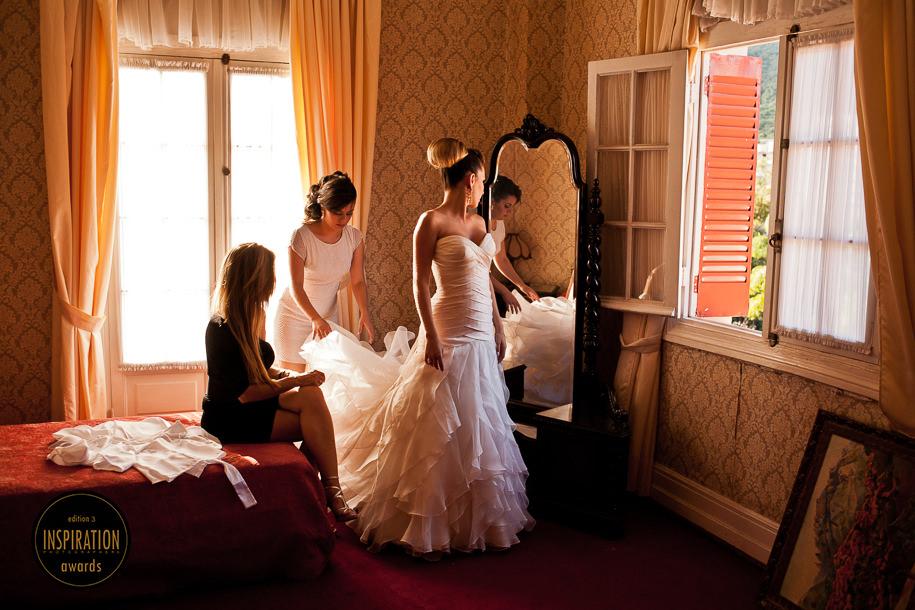 Fotografia de casamento premiada pelo Inspiration Awards - Samuel Marcondes - Minas Gerais - Fotógrafo de casamento - Prêmio de fotografia - Casamento Mayra e Ricardo, em Poços de Caldas - Noiva se arrumando, making of da noiva, getting ready, noiva no quarto de hotel