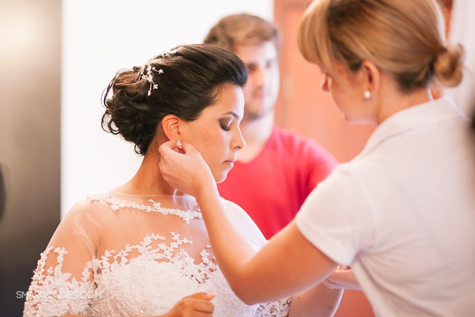 cas_MA_0222 - Noiva se arrumando para o casamento - Fotografia de casamento - Poços de Caldas, MG - Casamento MArcela e Alessandro